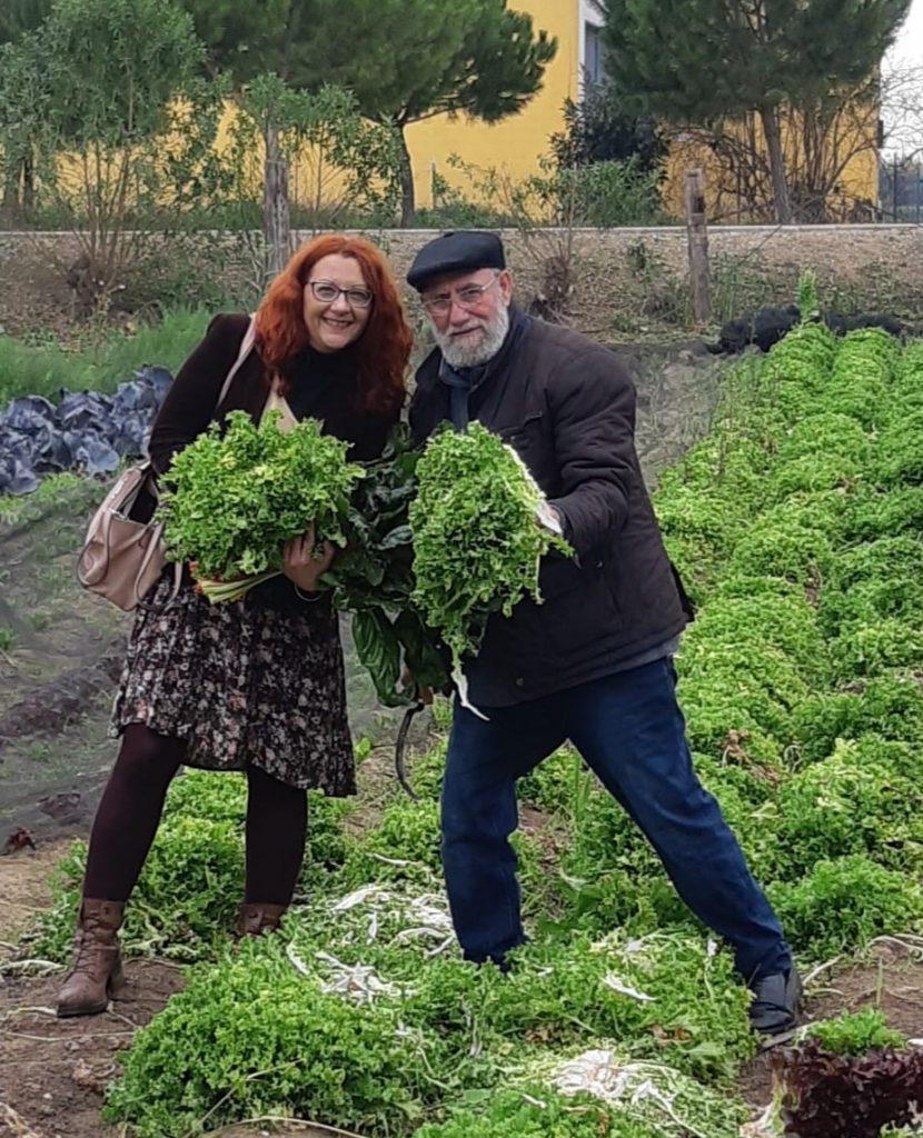 mujer y hombre en huerta con verduras verdes