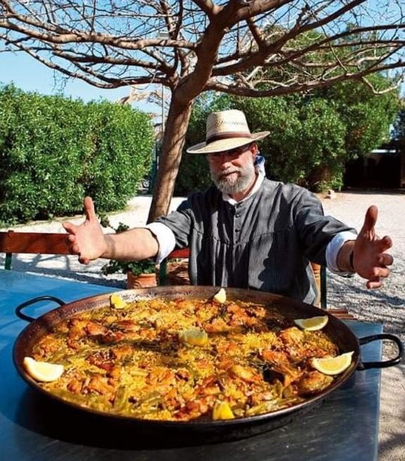 hombre Toni Montoliu con paella valenciana