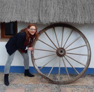 mujer Luz Ros con rueda de carro