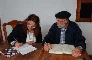 mujer Luz Ros y hombre Toni Montoliu en entrevista