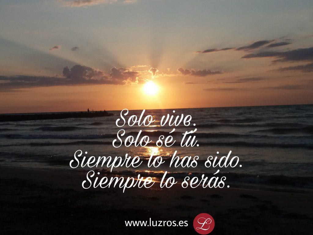 amanecer en el mar, con frase Solo vive, solo sé tú. www.luzros.es